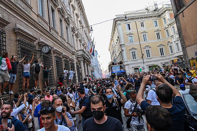 Festejos de los aficionados italianos se sale de control tras ganar la Euro