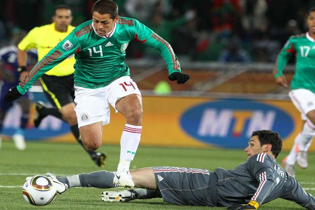 Chicharito ante Lloris para anotar su primer gol en los mundiales