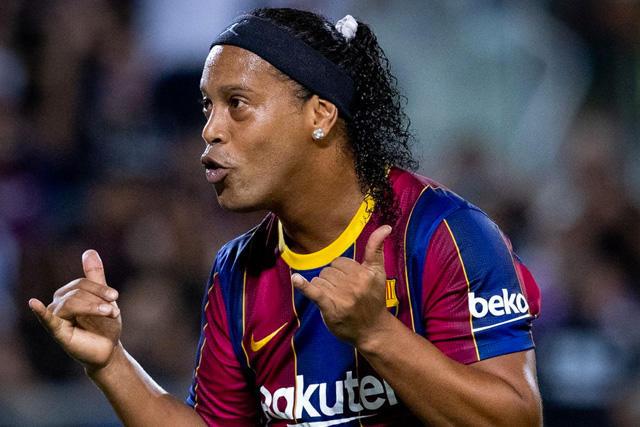 Ronaldinho celebra su gol en el Clásico de Leyendas