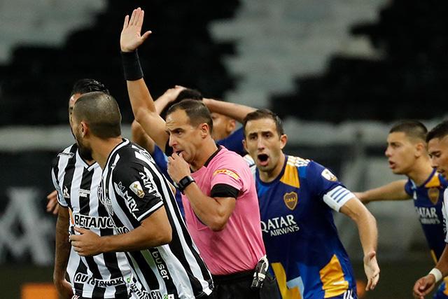 Arrestan a jugadores de Boca Juniors tras riña en la Copa Libertadores
