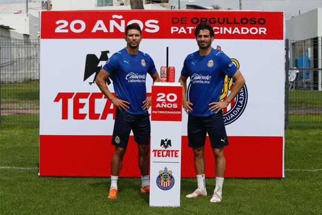 Molina y Briseño presentan la lata conmemorativa de Chivas y Tecate por la alianza de 20 años