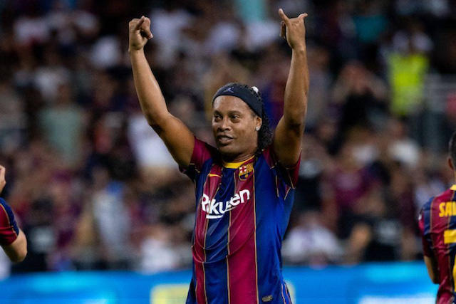 Ronaldinho espera que Messi continúe su carrera en el Barca y retire su número