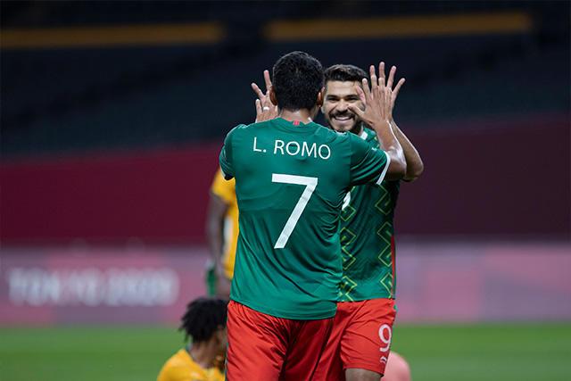 Henry Martín celebra su primer gol en Tokio 2020