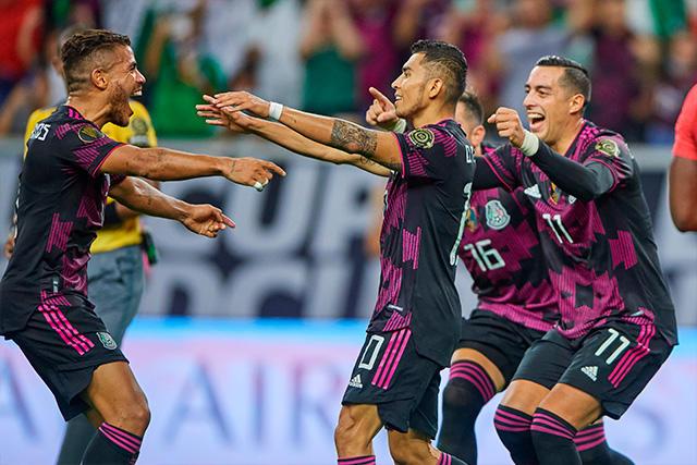 Orbelín Pineda celebra el gol ante Canadá con Jona dos Santos