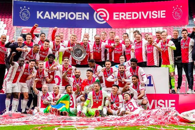 El Ajax fundió el trofeo para darle una estrella a los aficionados que tenían abono para el torneo