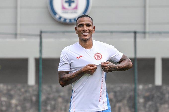 El escorpión Otero presumiendo el escudo de su nuevo club
