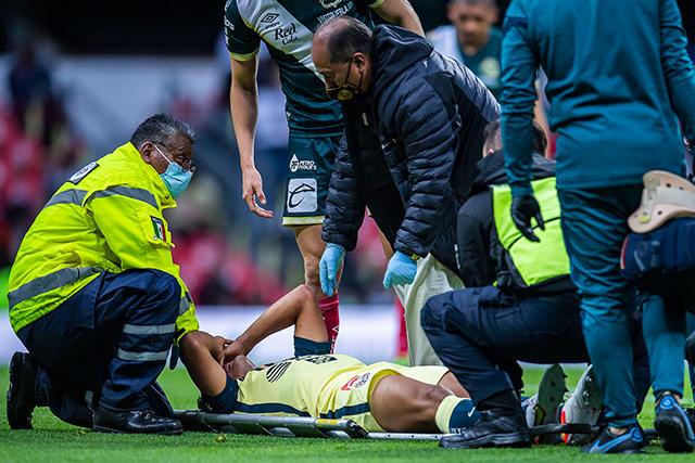 Santiago Naveda tuvo que salir con la ayuda de una camilla.