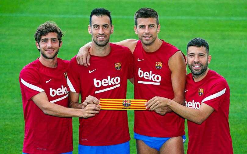 Los cuatro capitanes posan con el brazalete