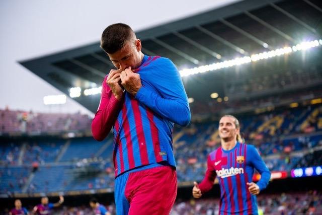 Piqué celebra el gol que inició el triunfo ante la Real Sociedad