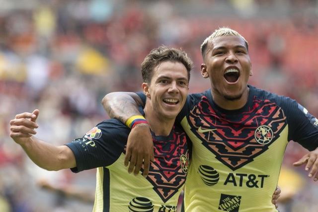 Córdova y Martínez celebrando el gol de la victoria