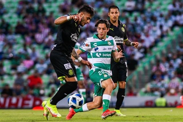Santos y  Chivas en un partido muy igualado