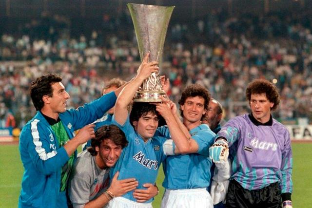 Diego Maradona en la celebración de la Copa UEFA en 1990