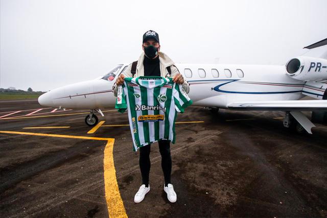 Nico Castillo en Brasil mostrando la playera de su nuevo equipo, el Juventude
