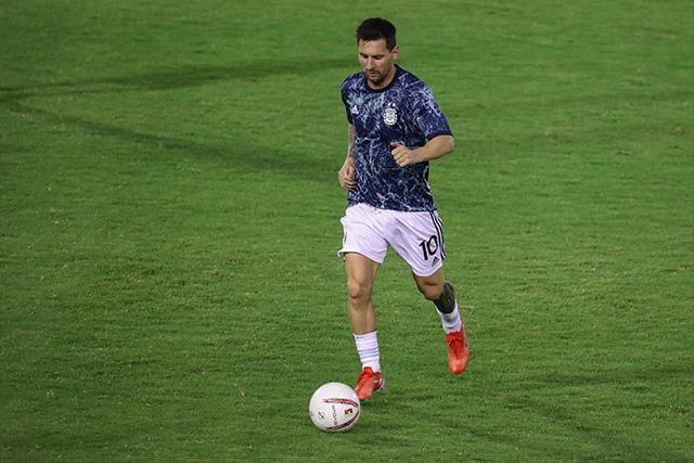 Adrián Martínez se aventó una falta de cárcel sobre la pierna izquierda de Lionel Messi