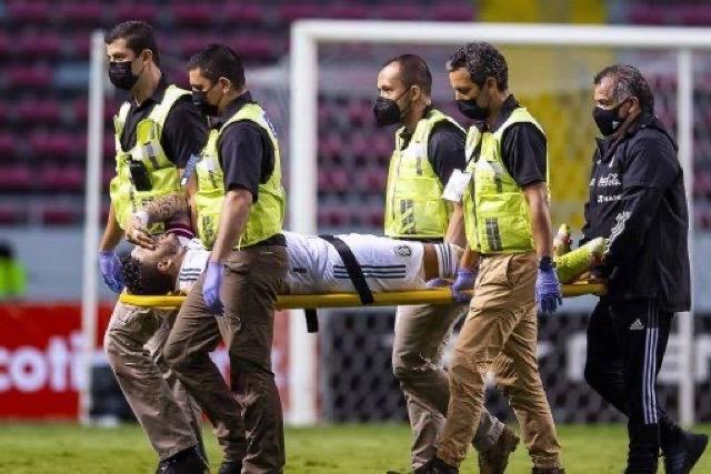 Alexis Vega saliendo del campo en camilla por una lesión en el tobillo