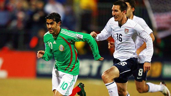Nery Castillo disputando un encuentro con el Tri