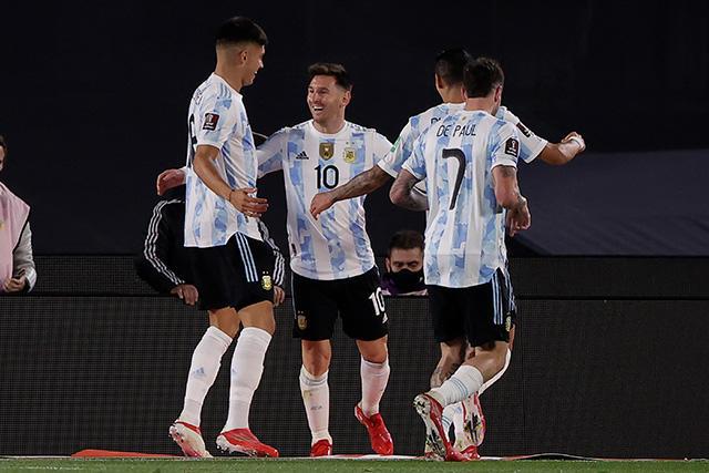 Lionel Messi celebra con sus compañeros su hat-trick ante Bolivia