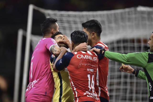 Chivas tuvo que jugar con dos expulsados, según análisis arbitral