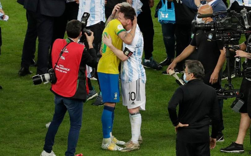 Abrazo Messi y Neymar