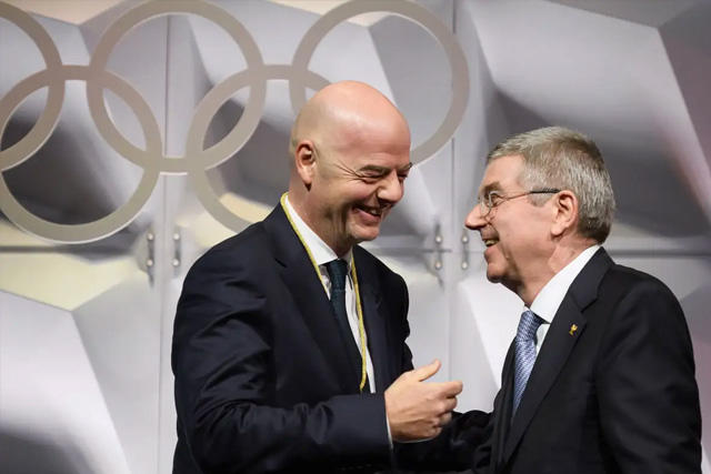Gianni Infantino, presidente de la FIFA, y Thomas Bach, presidente del COI