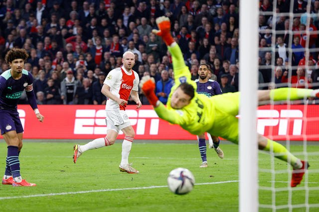Ajax golea 5-0 al PSV