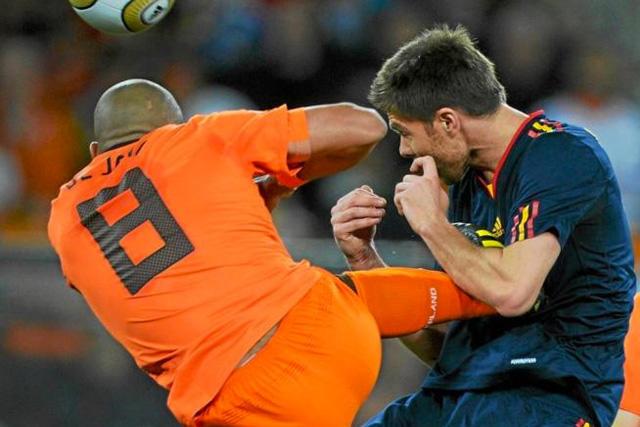 Nigel de Jong le mete una patada en el pecho a Xabi Alonso durante la final de Sudáfrica 2010